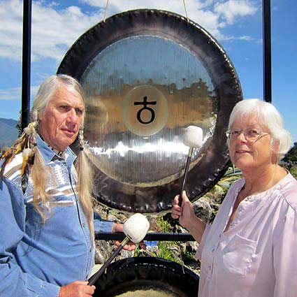 Marius and Jeltje playing a gong.